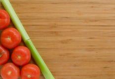 Vegetais na placa de corte Imagens de Stock Royalty Free