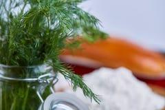Vegetais na placa de corte, placa com sal sobre o fundo textured branco, close-up, foco seletivo Foto de Stock Royalty Free