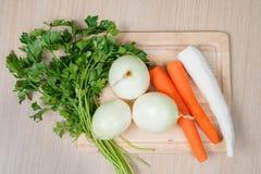 Vegetais na placa de corte - a perspectiva do cozinheiro chefe Imagens de Stock
