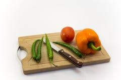 Vegetais na placa de desbastamento Fotos de Stock