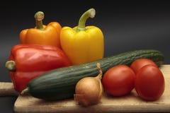 Vegetais na placa de desbastamento fotografia de stock royalty free