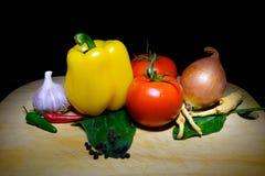 Vegetais na placa na obscuridade Fotos de Stock Royalty Free