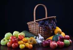 Vegetais na tabela em um fundo escuro foto de stock royalty free