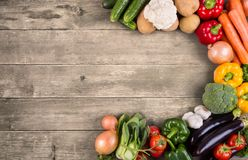 Vegetais no fundo de madeira com espaço para o texto. Alimento biológico. fotos de stock