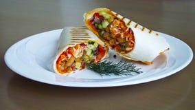Vegetais no pão do pão árabe imagens de stock royalty free