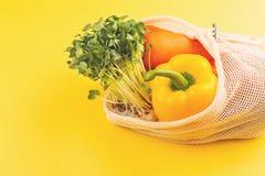 Vegetais no saco de compras do algod?o fotografia de stock royalty free
