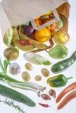 Vegetais no saco de mantimento isolado em um fundo branco fotografia de stock