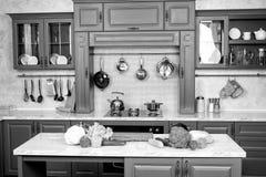 Vegetais no tampo da mesa no interior azul da sala da cozinha Imagem de Stock Royalty Free