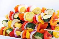 Vegetais nos skewers a ser grelhados imagens de stock royalty free