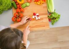 Vegetais novos do corte da dona de casa Fotografia de Stock