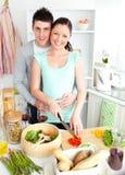 Vegetais novos Enamored da estaca dos pares em casa imagens de stock royalty free