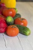 Vegetais novos frescos em uma mesa de cozinha de madeira Foto de Stock