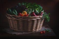 Vegetais orgânicos em uma cesta Imagem de Stock