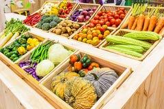 Vegetais orgânicos em uma cesta na prateleira Fotografia de Stock