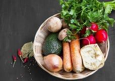 Vegetais orgânicos frescos com cenouras, cebola, aipo, salsa e Fotografia de Stock