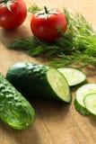 Vegetais orgânicos frescos em uma placa de madeira Fotos de Stock Royalty Free