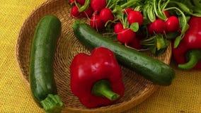 Vegetais orgânicos frescos na cesta vídeos de arquivo