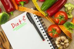 Vegetais orgânicos frescos na tabela Refeições da dieta Dieta crua Planeando uma dieta saudável Diário de um plano da dieta Produ imagens de stock royalty free