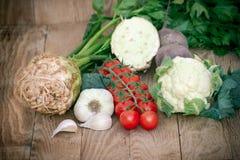 Vegetais orgânicos frescos no fundo de madeira rústico Imagens de Stock Royalty Free