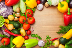 Vegetais orgânicos na tabela de madeira/redondo frescos Foto de Stock Royalty Free