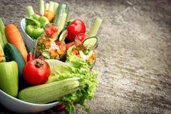 Vegetais orgânicos no frasco e na bacia Imagem de Stock