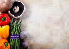 Vegetais orgânicos no fundo da placa de corte Fotografia de Stock Royalty Free
