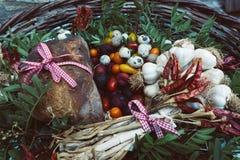 Vegetais, pão e ovos orgânicos na cesta foto de stock