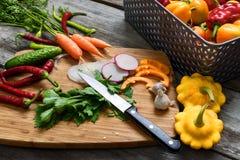 Vegetais para a salada Abóboras vegetais, pimenta, cebolas, salsa Fotos de Stock