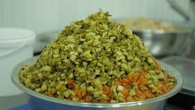 Vegetais para a salada em uma grande bacia no close up da fabricação filme