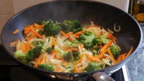 Vegetais que cozinham na bandeja filme