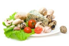 Vegetais, queijo, ovos e cogumelos em um fundo branco Fotografia de Stock