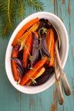 Vegetais Roasted: aipo da cebola das cenouras das beterrabas Imagem de Stock