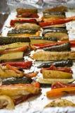 Vegetais Roasted do inverno na folha de alumínio na bandeja, pimenta, zucc Fotos de Stock Royalty Free