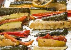 Vegetais Roasted do inverno na folha de alumínio na bandeja, pimenta, zucc Imagens de Stock