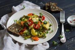 Vegetais Roasted em uma placa leve do vintage imagem de stock royalty free