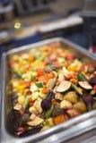 Vegetais Roasted na bandeja quente fotografia de stock