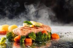 Vegetais Salmon e cozinhados Foto de Stock Royalty Free