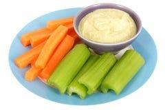 Vegetais saudáveis com mergulho de Houmous Imagens de Stock