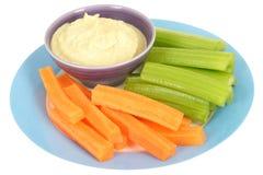 Vegetais saudáveis com mergulho de Houmous Fotos de Stock