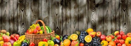 Vegetais saudáveis e frutos da foto panorâmico na madeira do fundo fotos de stock