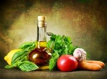 Vegetais saudáveis e petróleo verde-oliva imagem de stock