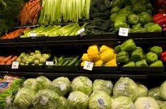 Vegetais saudáveis em prateleiras de loja Foto de Stock Royalty Free