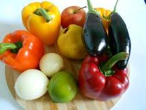 Vegetais saudáveis: pimentas alaranjadas e vermelhas, beringelas fotos de stock royalty free