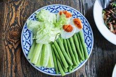Vegetais servidos com ovos do chiliand Foto de Stock