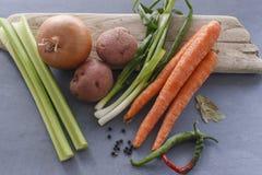 Vegetais sortidos e ervas na exposição Fotos de Stock Royalty Free
