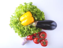 Vegetais sortidos frescos, beringela, pimenta de sino, tomate, alho com alface de folha Isolado no fundo branco Imagens de Stock