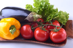 Vegetais sortidos frescos, beringela, pimenta de sino, tomate, alho com alface de folha No fundo branco Imagens de Stock Royalty Free