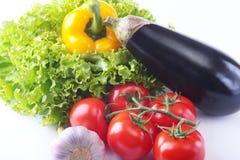 Vegetais sortidos frescos, beringela, pimenta de sino, tomate, alho com alface de folha Isolado no fundo branco Fotografia de Stock