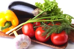 Vegetais sortidos frescos, beringela, pimenta de sino, tomate, alho com alface de folha No fundo branco Imagens de Stock