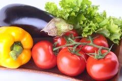 Vegetais sortidos frescos, beringela, pimenta de sino, tomate, alho com alface de folha No fundo branco Imagem de Stock